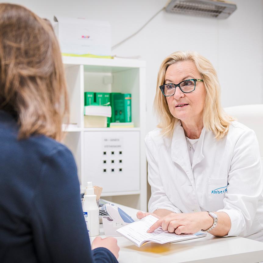 Eine Ärztin spricht mit einer Patientin