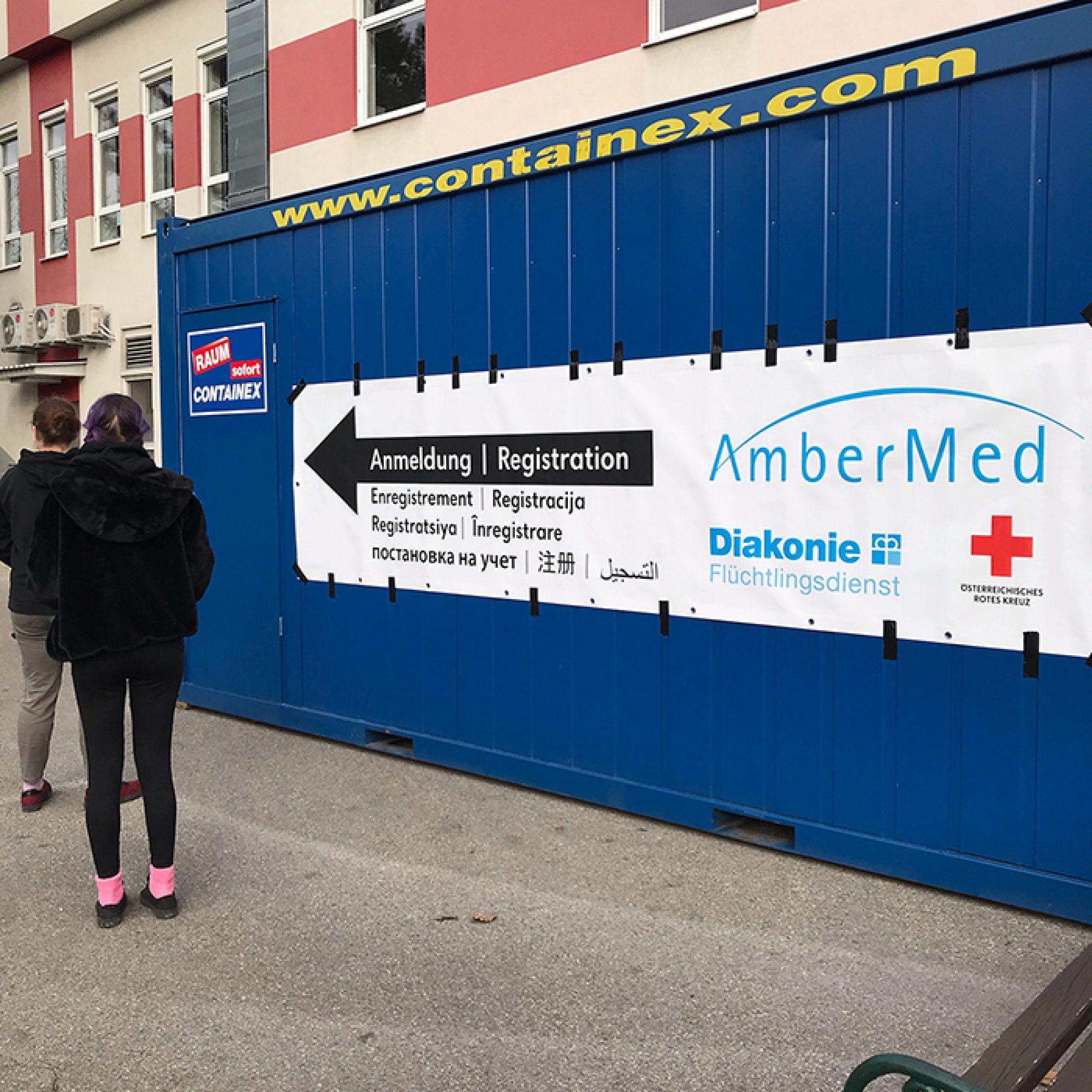 Patient*innen stehen vor dem Schnelltest-Container in der Schlange