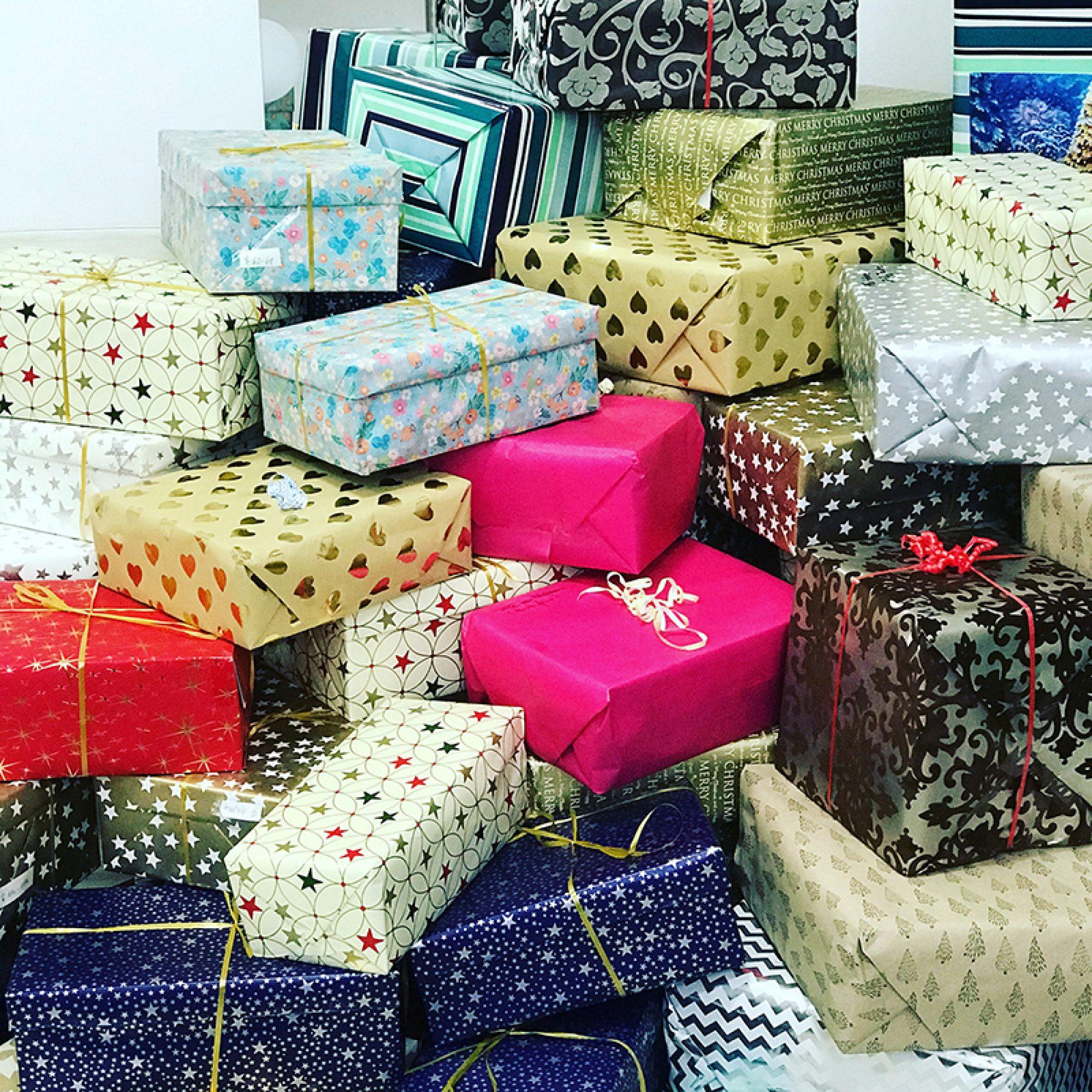 Ein Berg bunt verpackter Geschenke